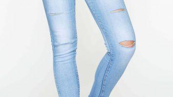 błętitne jeansy